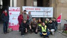 Eine Delegation des ver.di Betriebsverbands im SWR vor dem Staatstheater Stuttgart.