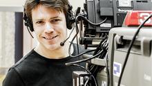 Ein Kameramann mit Kamera