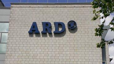 """Logo """"ARD"""" in Buchstavben auf weißem Hintergrund (Gebäude)"""