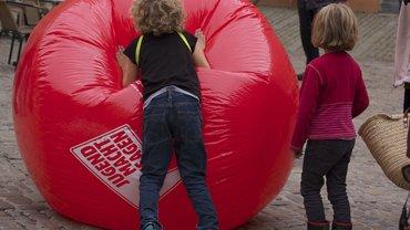Kinder und Riesenballon