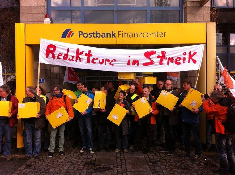 Protestpakete zur Post in Bielefeld