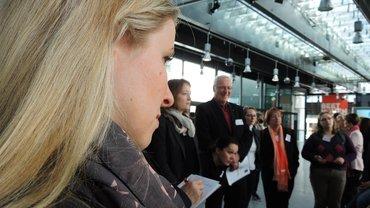 Miriam Scharlibbe am Stand der Verlage