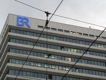 Hochhaus Bayerischer Rundfunk am Hauptbahnhof, Teleaufnahme mit Leuchtschrift Logo