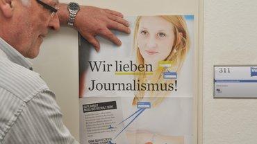 Uli Janßen klebt Plakat für Rein.Kampagne