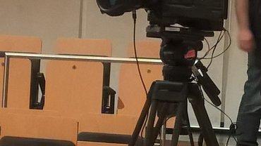 Kamera auf Stativ im Saal