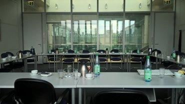ein Konferenzraum im NDR, mit Getränken auf den tischen, keine Leute