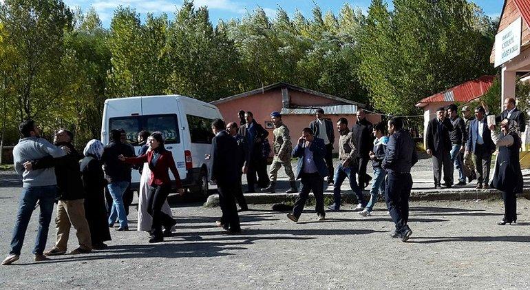 Gerangel vor dem Wahllokal in Acikyo