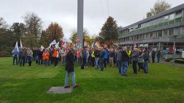 Rund 220 Beschäftigte des Saarländischen Rundfunks protestieren auf einer grünen Wiese mit Plakaten