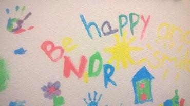 Kinderhände malen: be happy NDR