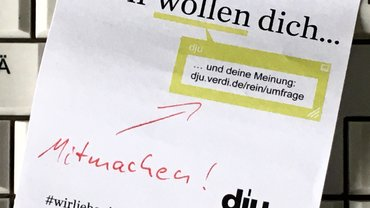 Post-it mit dem Link zur dju-Tarifumfrage auf einer Computertastatur