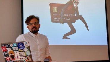 Entwickler und Journalist Sakander Zirai spricht vor seiner Präsentation, auf der ein Kreditkartendatendieb zu sehen ist, über Methoden des Data Minings