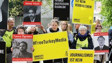 Tag der Pressefreiheit: Demonstranten forderten vor der Türkischen Botschaft in Berlin die Freilassung von inhaftierten Journalisten in der Türkei.