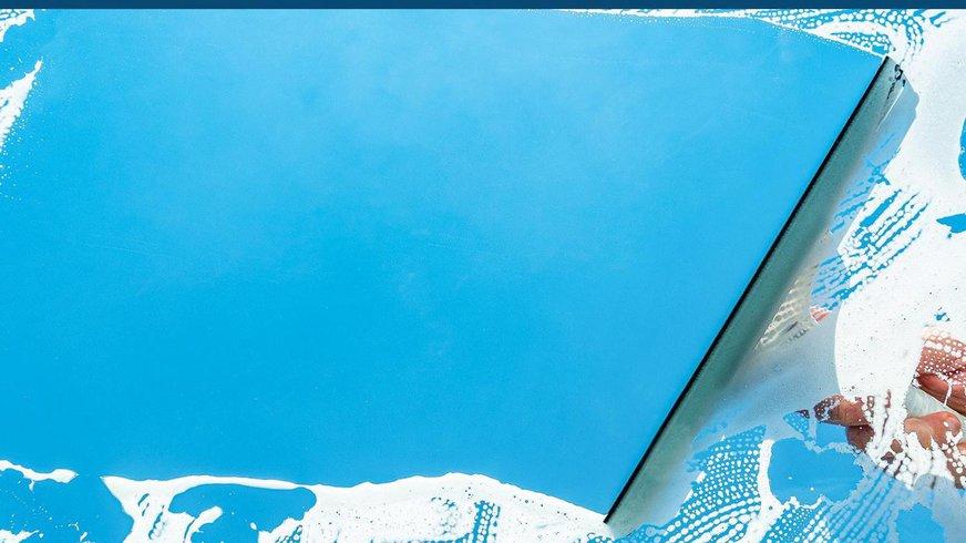 Scheibenweischer wischt Schaum von einer Autofensterscheibe