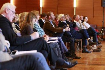 Aufmerksame Zuhörerinnen und Zuhörern beim Journalistentag zum Thema Boulevard