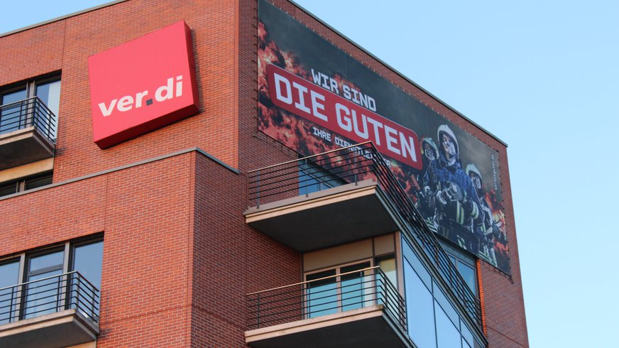 Balkon Frontseite zur Spree.  ver.di Bundesverwaltung in Berlin. Mit Kampagnenmotiv zur Tarifrunde Öffentlicher Dienst: Wir sind es wert.