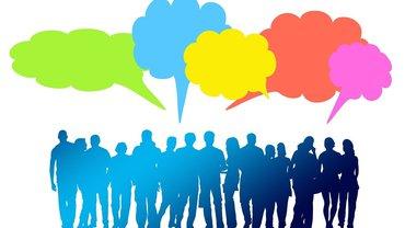 Menschen diskutieren in Sprechblasen
