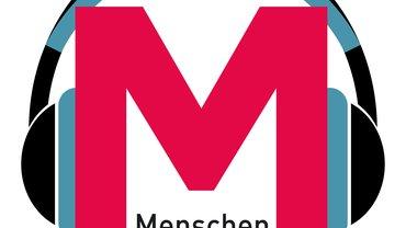 Logo des Podcast des Medienmagazins Menschen Machen Medien: Ein rotes M trägt türkisblau-schwarze Kopfhörer