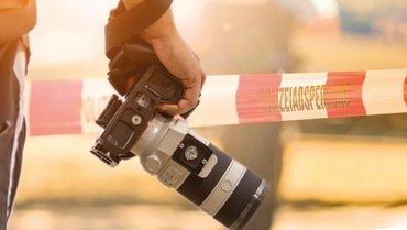 Kamera vor einer Polizeiabsperrung