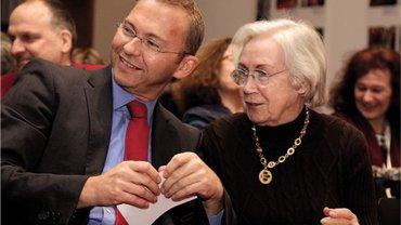 Jutta Limbach, hier mit dem damaligen Vize-Vorsitzenden von ver.di, Frank Werneke, hielt eine der Festreden