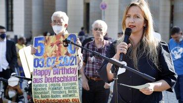 Monique Hofmann, Bundesgeschäftsführerin der dju in ver.di, sprach bei der Berliner Mahnwache für Julian Assange
